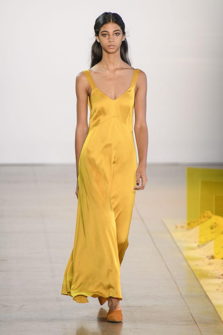 أسبوع الموضة في نيويورك - فستان سهرة ستان