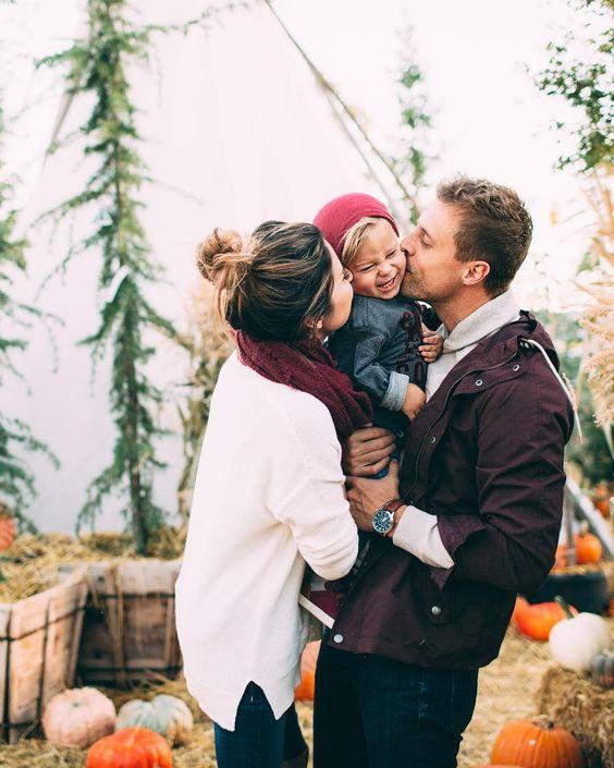 أفكار للصور العائلية - صورة تقبيل الطفل