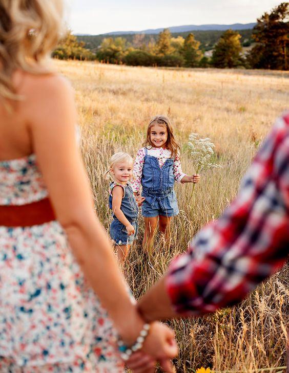 أفكار للصور العائلية - أطفال يقدمون هدية لأمهم