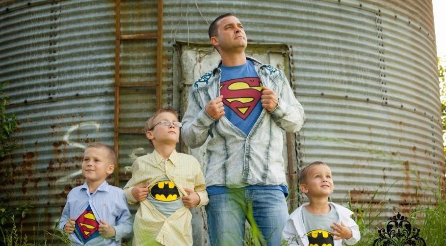 أفكار للصور العائلية - البطل الكبير والأبطال الصغار