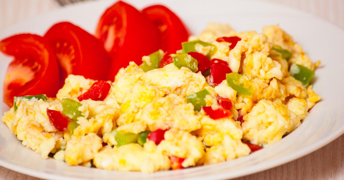 بيض بالجبن الشيدر والطماطم
