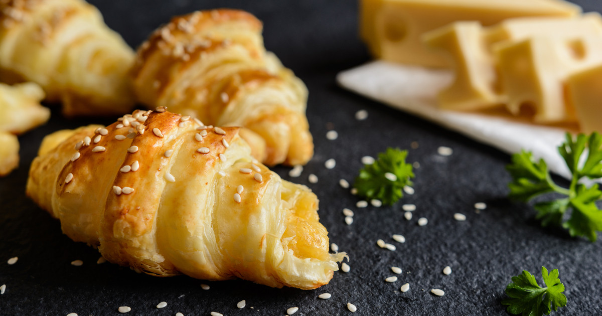 طريقة عمل كرواسون بالجبنة والبسطرمة