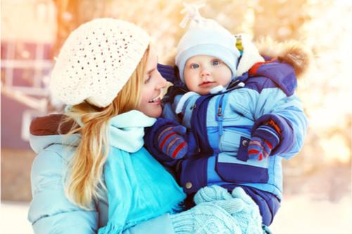 الملابس المناسبة لتدفئة الرضيع في أثناء الخروج