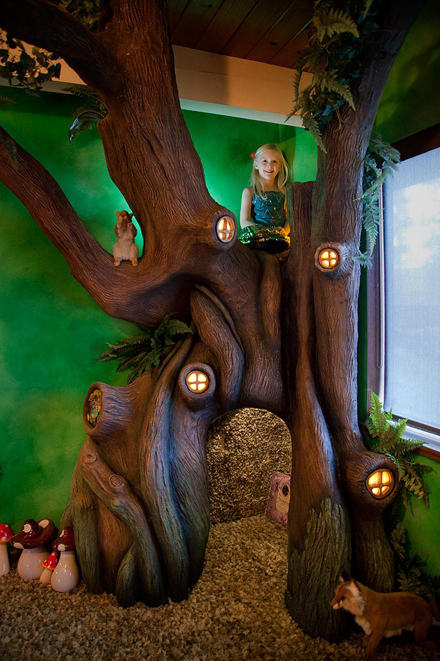 ديكور غرفة أطفال - الطفلة مع ديكور الشجرة في غرفتها