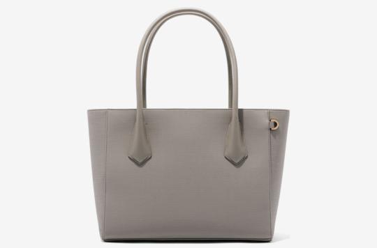 b64fcf68c89c0 هذا النوع من الحقائب كبيرة الحجم هو خياركِ الأمثل عند ذهابكِ إلى العمل، أو  في حالة الخروجات السريعة مع طفلك، إذ يمكنكِ استخدامها كبديل لحقيبة خروج  طفلك ...