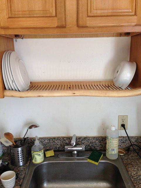 أفكار مطابخ صغيرة - رف أطباق أعلى الحوض