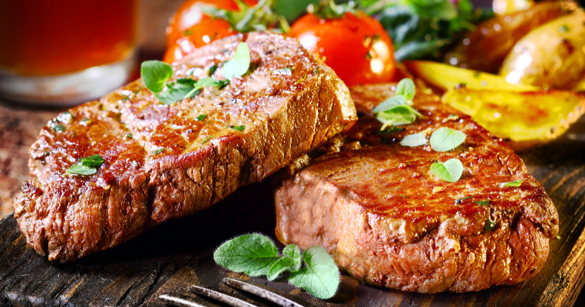 ستيك اللحم بالصوص الأحمر