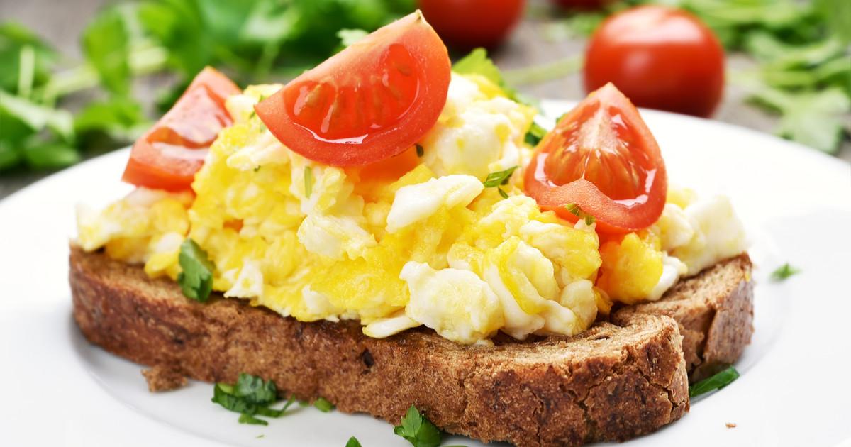 البيض المخفوق مع شرائح التوست