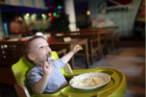 منتجات يحتاجها طفلك خلال وقت الفطام - مقعد تناول الطعام
