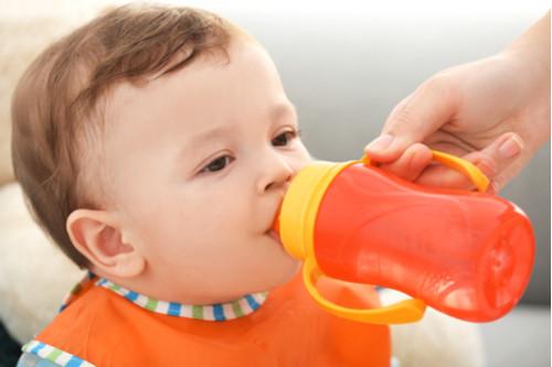 منتجات يحتاجها طفلك خلال وقت الفطام - كوب المياه