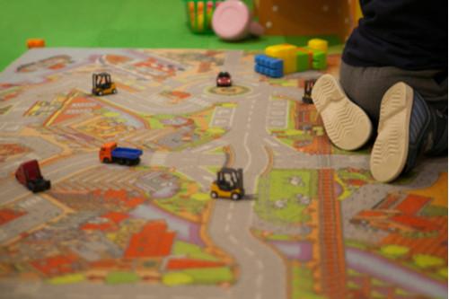 كيفية التعامل مع الطفل كثير الحركة - سباق السيارات