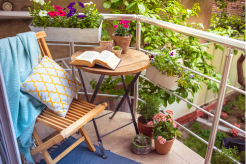 ديكور بلكونة منزل - مكان مريح للقراءة