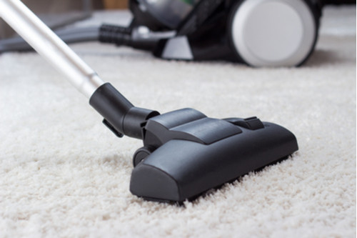 تقليل الغبار في المنزل - استخدام المكنسة