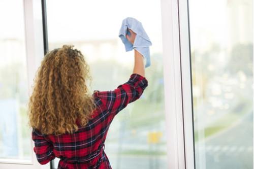 تقليل الغبار في المنزل - تنظيف النوافذ