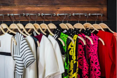 تقليل الغبار في المنزل - وضع الملابس في الدولاب