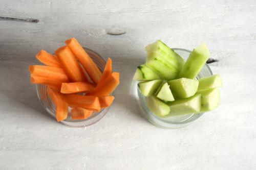 الطعام المناسب أثناء فترة التسنين - تقديم الخضروات الصلبة للرضع