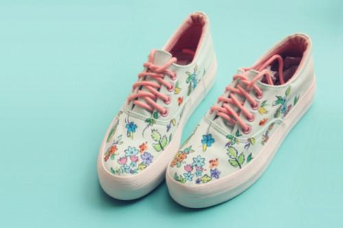 الأحذية المنقوشة - الأحذية المنقوشة بالزهور الملونة