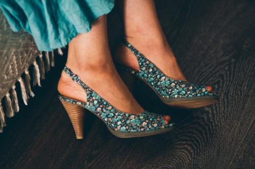الأحذية المنقوشة - أحذية منقوشة بألون متناسقة مع الملابس