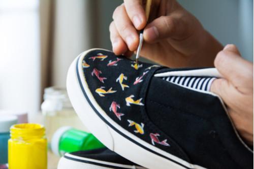 الأحذية المنقوشة - حذاء غير منقوش