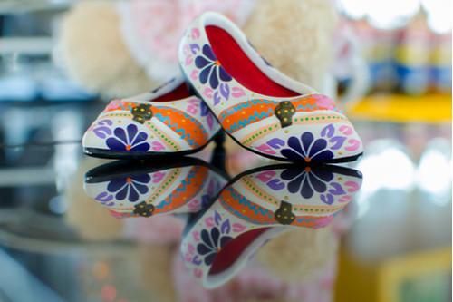 الأحذية المنقوشة - أحذية بألون مبهجة