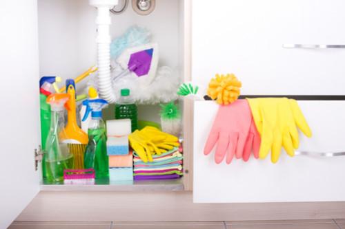 ترتيب المطبخ الصغير - تخزين أدوات النظافة