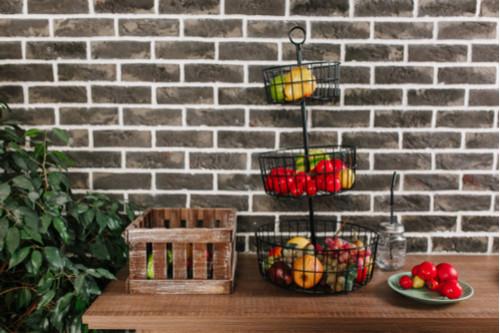 أفكار لترتيب المطبخ - استخدمي سلال الفاكهة المعلقة