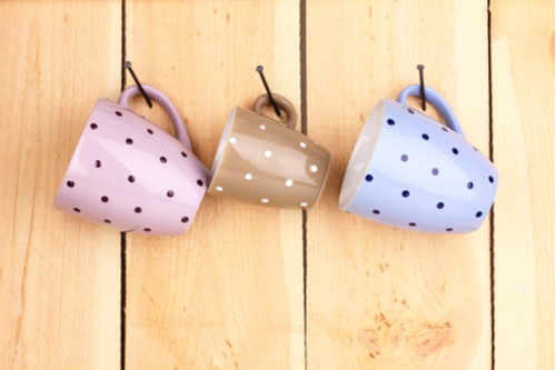 أفكار لترتيب المطبخ - علقي حامل أكواب بشكل مبتكر