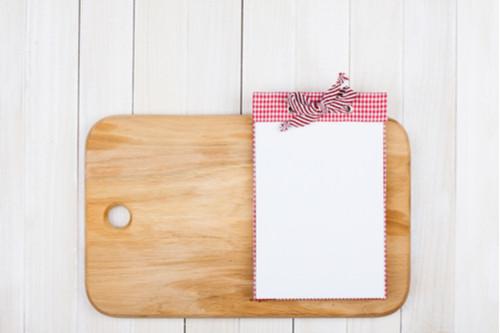 أفكار لترتيب المطبخ - خصصي ركنا في المطبخ لقائمة المشتريات