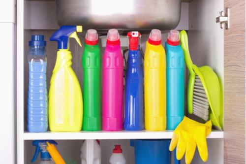 أفكار لترتيب المطبخ - استخدمي أرفف تخزين تحت الحوض