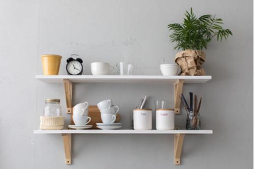 أفكار لترتيب المطبخ - علقي بعض الأرفف على الحائط