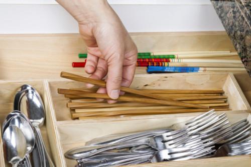 أفكار لترتيب المطبخ - استعيني بفواصل ومنظمات الأدراج