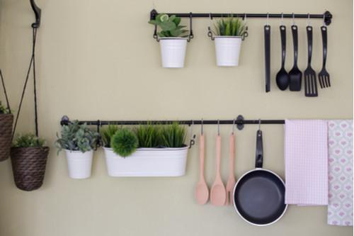 أفكار لترتيب المطبخ - استخدمي حوامل الحائط