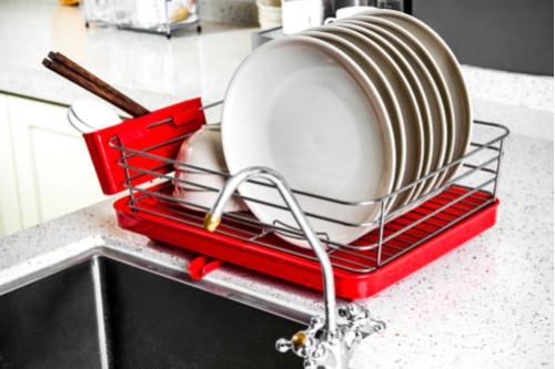 أفكار لترتيب المطبخ - استخدمي مطبقية صغيرة إضافية للأطباق