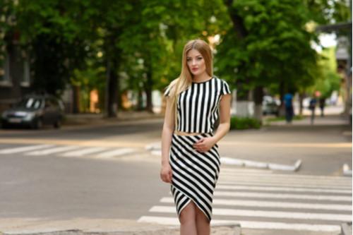 ملابس مناسبة للفتاة القصيرة - الملابس المقلمة بالطول