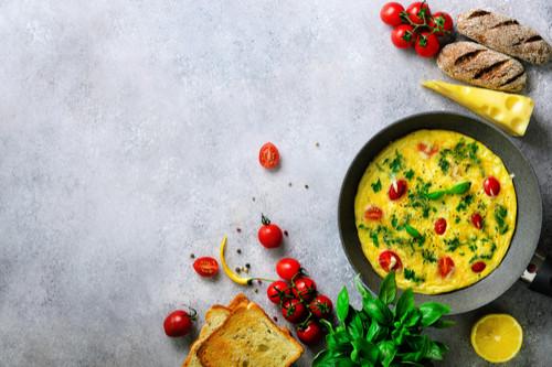 وجبات للطفل الرضيع من الشهر السادس - طريقة عمل البيض بالخضروات والجبن