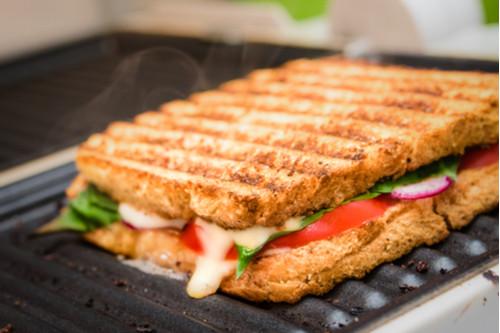 ساندوتشات الجبن للأطفال - طريقة عمل ساندوتش الجبن الموتزاريلا والفلفل الرومي والسبانح