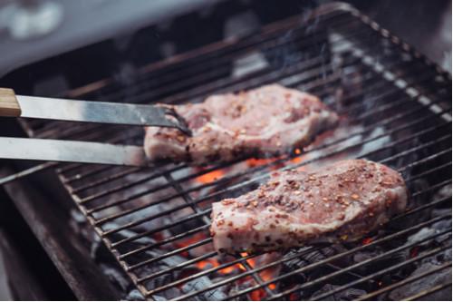 جعل اللحوم المشوية طرية - تقليب اللحم بالملاعق أو الملاقط