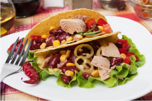أكلات صحية سريعة - طريقة عمل سلطة التونة بالفاصوليا الحمراء والذرة