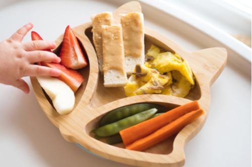 الفطام التلقائي للطفل - توست وبيض وفاكهة