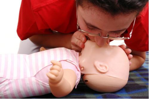 الإسعافات الأولية لاختناق الأطفال - التنفس في فم الطفل