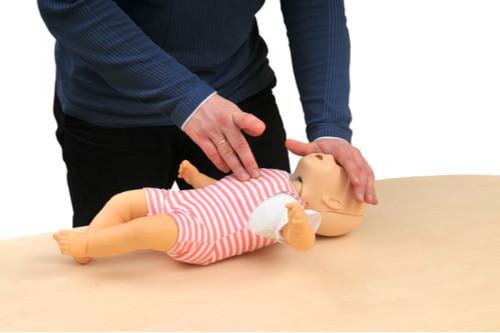 الإسعافات الأولية لاختناق الأطفال - طريقة الـ30 ضغطة