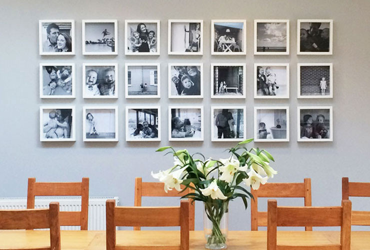 تجديد ديكور المنزل - صور العائلة على الحائط