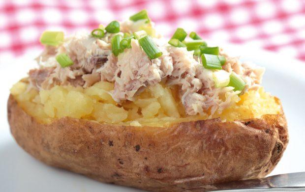 وصفات بالتونة للرجيم - طريقة عمل البطاطس المخبوزة مع التونة والبصل الأخضر