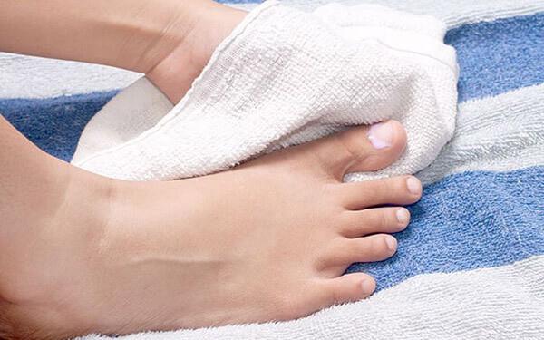 كيفية العناية بالقدم- تجفيف القدمين