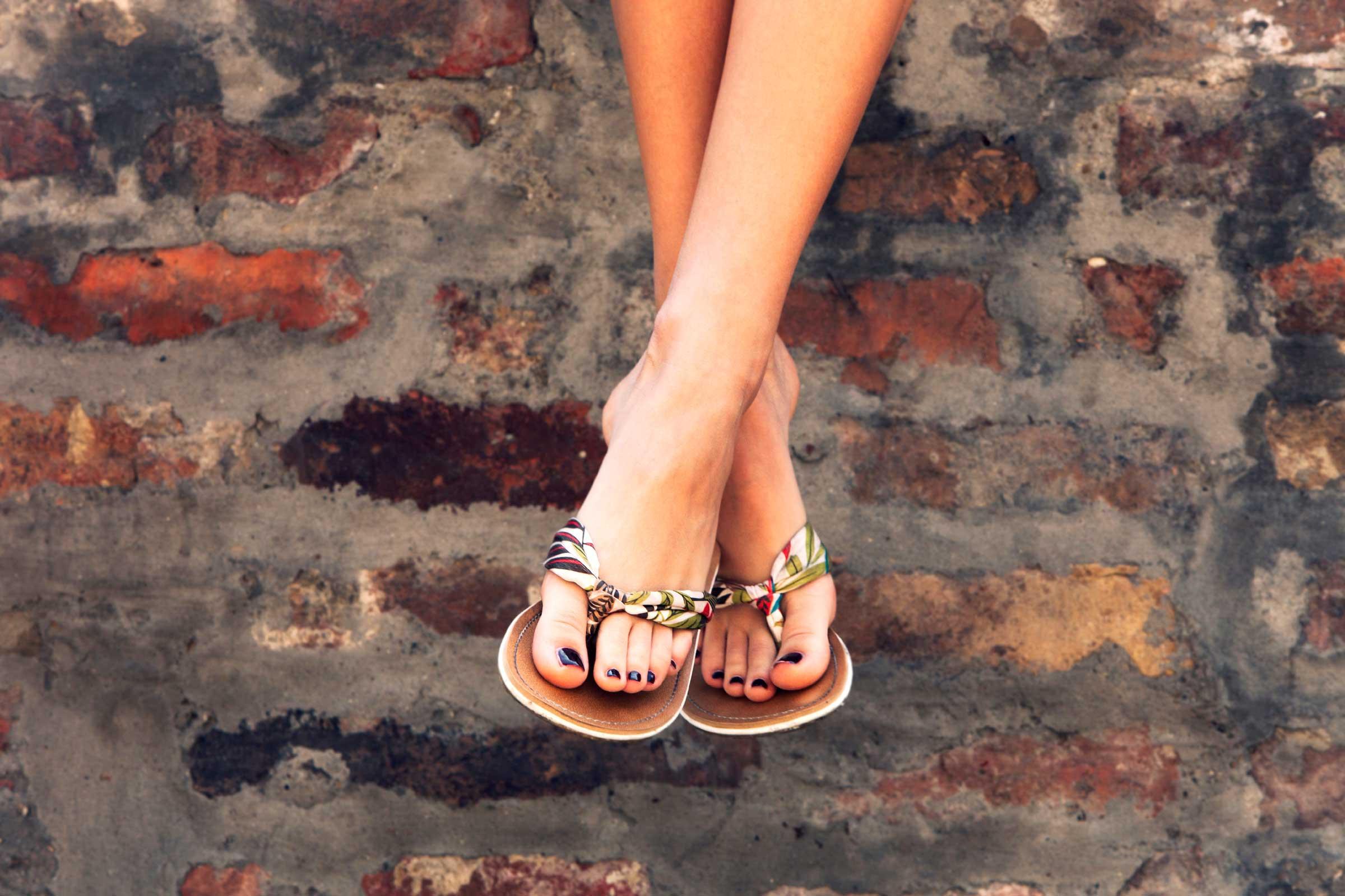 كيفية العناية بالقدم- الحرص عند ارتاء الأحذية المفتوحة