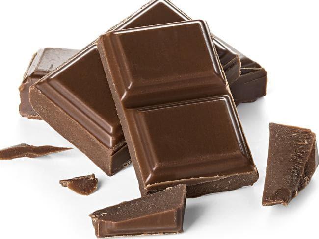 محتويات حقيبة اليد في الصيف - حلوى وشوكولاتة
