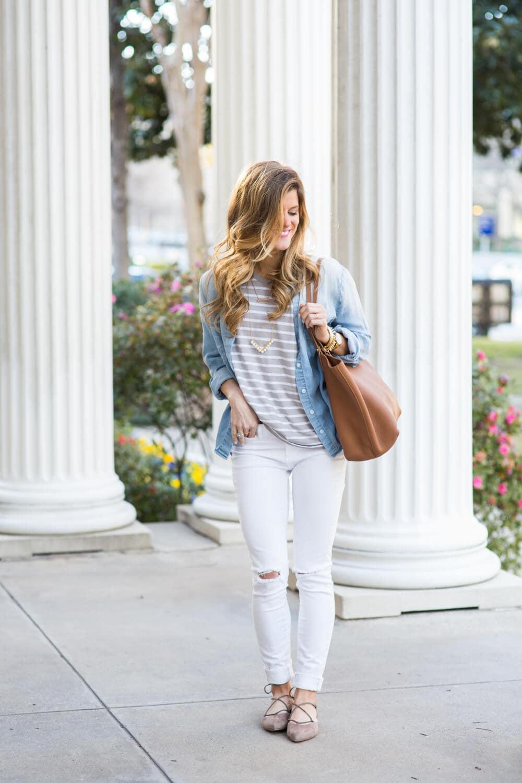 أفكار للقميص الجينز- ارتداء القميص الجينز مع اللون الأبيض
