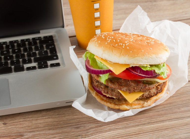 أطعمة تسبب الاكتئاب - الوجبات السريعة