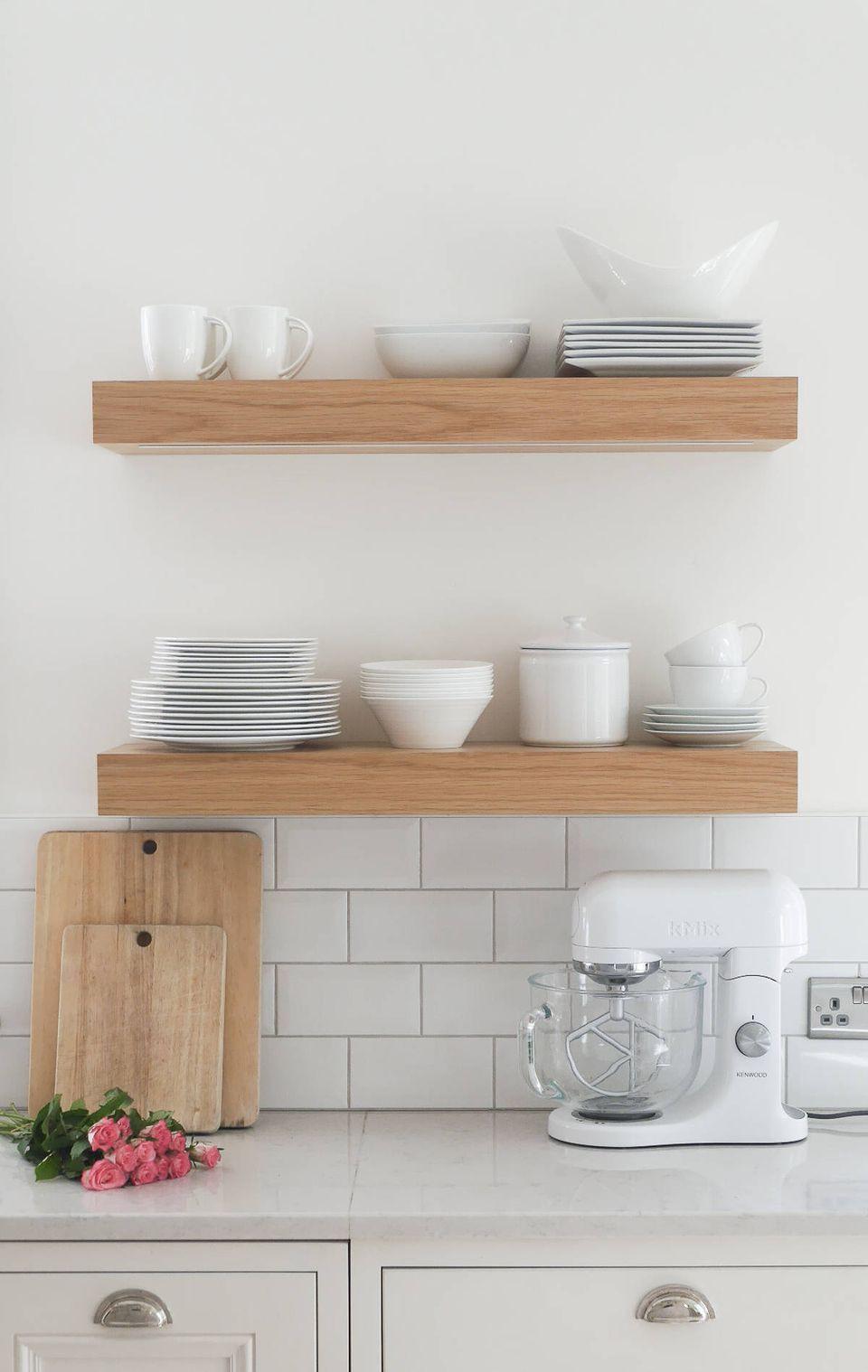 حيل لترتيب المنزل - استخدام الأرفف لتنظيم أدوات المطبخ