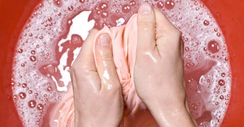 أخطاء شائعة في الغسيل - فرك بقع الملابس بقوة